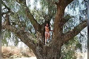 Daniela posa desnuda para su amigo