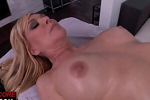 Curvy pornstar orally pleasing with dyke babe
