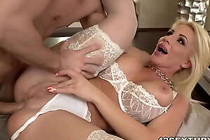 Well-endowed Tiffany Rousso's ass hole stretched hard apart from Toby