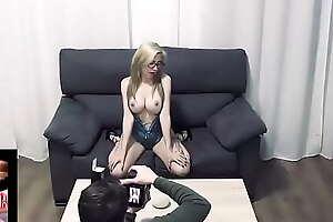 Una sesión de fotos muy cachonda acaba con un orgasmo