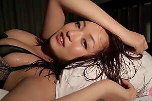セクシーな下着を着た美女がベッドで乱れる - 山中 真由実 [bmay-008]