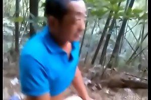 中年大叔在小树林玩换妻野战旁边几个观摩者在不停笑