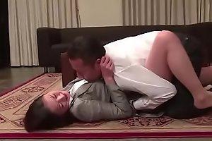Japanse vrouw gedwongen door onroerend goed verkoper (Zie meer: shortina.com/CmvmvCY)