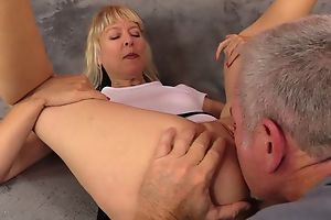 Mature slut take unpractised breasts gets nicely fucked on the sofa