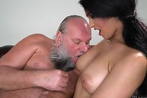 Pretty brunette with heavy naturals fucks an superannuated beggar