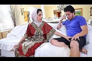 بعدما خرجت زوجته دخلت عشيقته الهايجة لتحميل الفيديو كامل