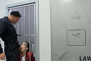 LAW4k. Spezialeinheiten bringen junge Frauen zum Sicherheitsbeamten und dringen ein