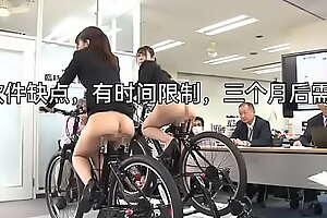 女职员喷射型2孔交替插入自行车!两名女性员工成为新车展示的测试台